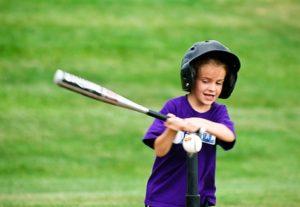 野球の打撃(バッティング)練習をするアメリカの少年