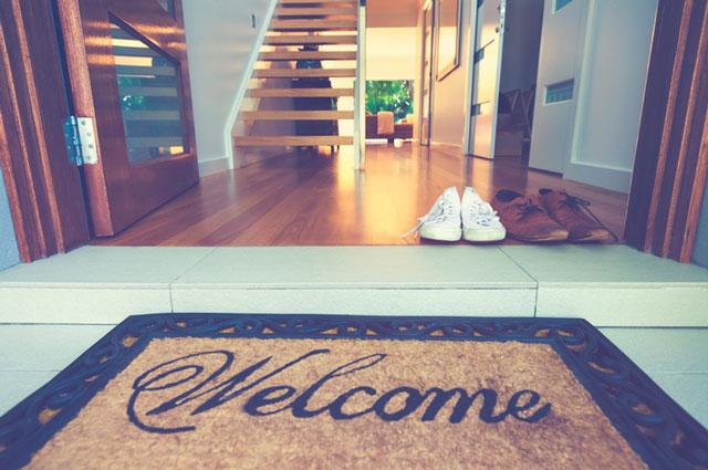 Welcomeと書かれた玄関マットのある奇麗な家
